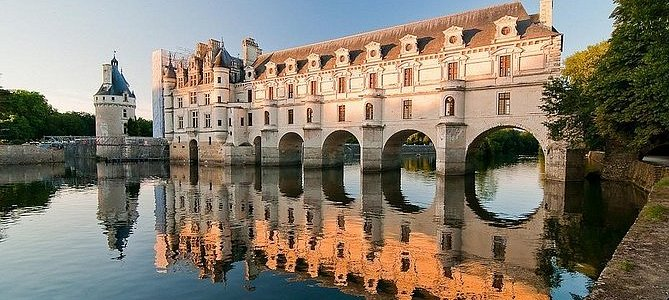 Paris: Awesome Fairytale Loire Castles, Wine Tasting, and Lunch