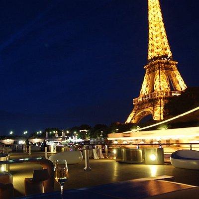 Vue sur la Tour Eiffel depuis le pont terrasse du bateau