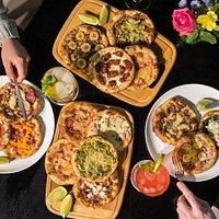 Uma mesa para viajar nos diversos sabores do Santa Sfiha!