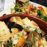 Muy rico, buen precio y producto fresco. Merece la pena para tomar gran variedad de pescados con patatas o ensalada.