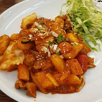 Tteokbokki. Aperitivo coreano hecho a base de arroz glutinoso con salsa picante.