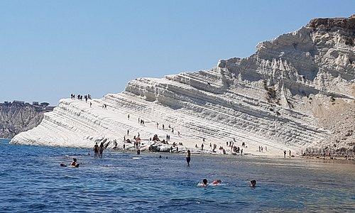 si vous visitez Agrigente, la vallée des temples, par vous même, poussez jusqu'à Scala dei turchi. C'est magnifique de se faire un restaurant vue mer (pas très cher) et de plonger dans les eaux turquoises et grimper sur les falaises blanches...