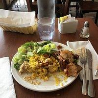 Un chichtaouk au poulet , délicieux et les portions généreuses. Services impeccables,le personnel est très gentil . Les prix très abordables. Ce sympathique resto Libanais est présentement ouvert durant tous les travaux 🚧