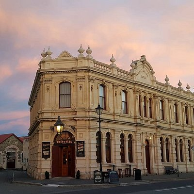Visit and explore Oamaru's Victorian Precinct and experience what this architecturally stunning and unique area has to offer. Explore and enjoy a number of great attractions and activities including galleries, craft, antique and book stores, as well as eateries and bars serving up some delicious food, fine wine, craft beer and world-class whisky.  Come along and join in the fun of Victorian Oamaru.