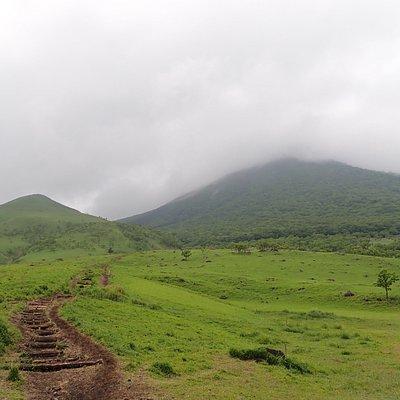 気持ちよさそうな草原が見えました。楽そうな登山道に見えますが、西峰に向かうコースは登山口から西峰山頂まで、高低差800m、距離4000m、時間にして2時間ほどの登山コースです。マタエ→西峰の登山道にはクサリ場があり、結構ハードな登山道です。 初心者ならマタエ→東峰で東峰山頂を目指すのが良いそうです。