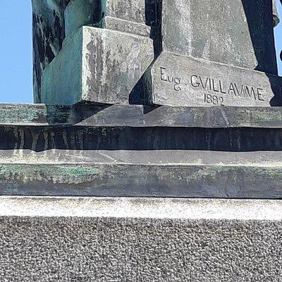 Signature du sculpteur et année