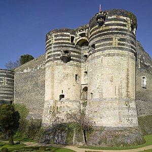 La porte des champs et les courtines du château d'Angers, forteresse du XIIIe siècle. Cliché C. Rose/CMN