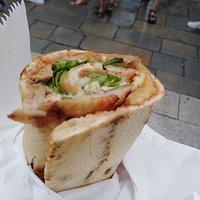 Pizza arrotolata al tonno (peccato che oltre la lattuga ci siano anche i cetrioli).