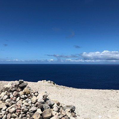 荒涼とした台地から見降ろす群青の大海原
