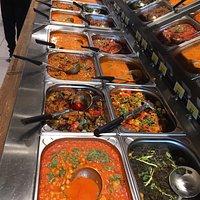 Faktisk suverænt lækker autentisk indisk mad. Helt perfekt krydret mad ligesom i Indien og prisen for en gang buffet er jo absolut ikke noget at klage over. Sød personale og imødekommende. Selve brødet altså Naan lige lavet frisk efter bestilling.