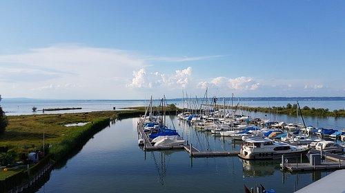 Blick über den Bodensee bis zum deutschen Seeufer