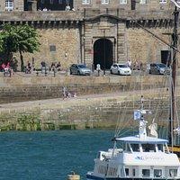Extérieur de la porte de Dinan vu depuis l'avant-port de Saint-Malo