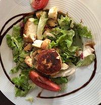 Menu entrée, plat et dessert à 22,90€. Copieux et bon! Terrine de poissons, salade chèvre chaud, confit de canard-pommes de terre sautées, tarte aux pommes et tarte mirabelles.