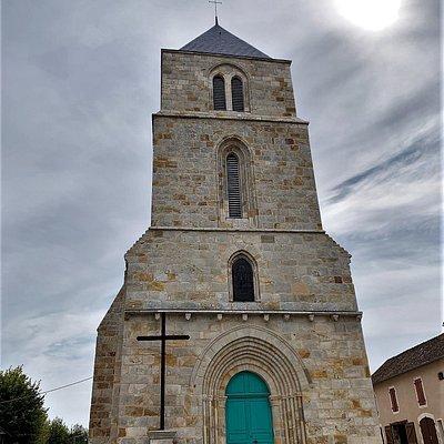 Une restauration complète pour un édifice remarquable Fermée pour cause de travaux, l'extérieur est terminé, et l'allure générale de cette église est superbe.   Plusieurs années de restauration, toujours en cours, permettront de redonner le lustre et la fraîcheur à cet édifice remarquable du 13ème siècle, classé en 1937.