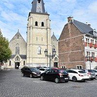 De markt met het stadhuis met daarachter de kerk.