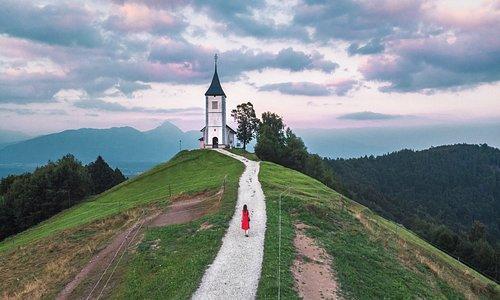 petite église au coucher de soleil, si vous aimez ce genre de photos, faites un tour sur insta : bienvoyager #travel #voyage #slovénie #sunset #eglise #montagne