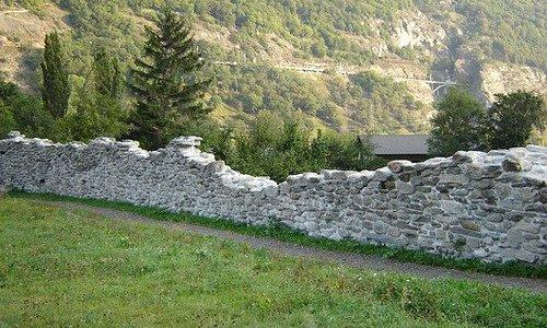 Die Mauer wurde in der Mitte des 14. Jahrhunderts erbaut und war ursprünglich mit Zinnen, Wehrgängen und Türmen ausgestattet. Als eigentliche Talsperre diente sie der Verteidigung des oberen Teils des Wallis gegen Angriffe aus dem Westen. Ihre Aufgabe verlor die Landmauer, als sich die Grenze zwischen Ober- und Unterwallis nach Westen ( Leuk-Salgesch-Siders) verschob.