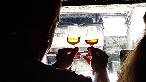 Once at the right place, tasting cognacs starts with colour comparison and there are a few things to deduct from it ...