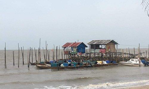 Pongkar beach, huts and boats nearby