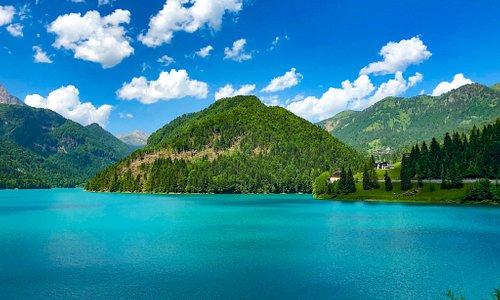 Foto panoramica del lago di Sauris