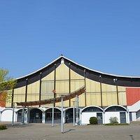 Eissporthalle am Salzgittersee in Salzgitter-Lebenstedt, Eingangsbereich von der Humboldtallee her gesehen.
