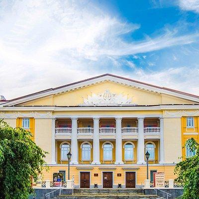 "Фасад театра в стиле ""Сталинский ампир"""