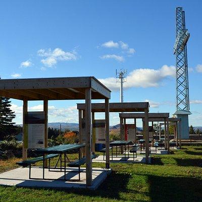 Kiosques et panneaux Fil Rouge situés au Bélvédère de la Croix