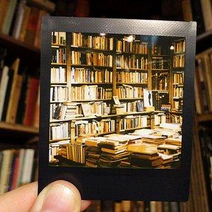 Nasze regały na zdjęciu z polaroida.