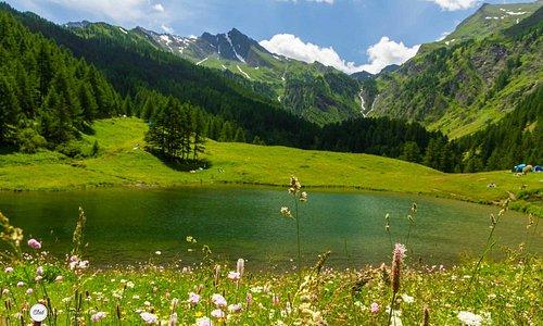 La mia passione mi porta a scoprire nuove vallate e oggi vi porto in Val Germanasca al Lago Bout du Col a Prali; è una valle alpina collocata a 70 km da Torino, quindi non troppo distante, facile ad arrivare per togliersi dall'afa opprimente di questa estate super bollente.