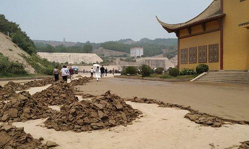 Vyhlídková oblast Xiaolangdi Yellow River. Pod přehradou v místě Wengkou.