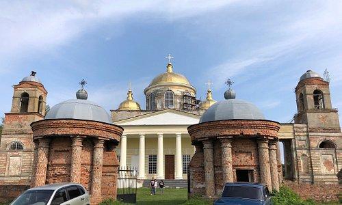 Екатерининский храм в старинном селе Ляличи Суражского района, Брянской области. Очень красивый, но к сожалению, заброшенный. Это архитектурный памятник 18 века, часть усадьбы графа Завадовского, одного из фаворитов Екатерины Великой.