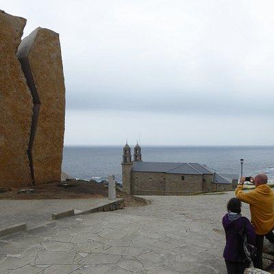 Konstverket A Ferida med kyrkan Sentuario da Virxe da Barca