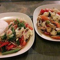 Thai-Gemüse mit Reis und Garnelen