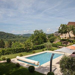 Vue sur la piscine et la vallée de la Dordogne
