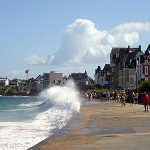 La mer saute sur la digue de la plage de Rochebonne, à marée haute