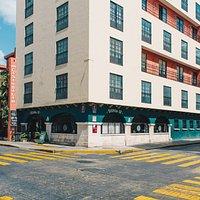 Entrada principal de Bistrola 57, ubicado en Calle 57 y Calle 60. Centro de Mérida.  Entry of Bistrola 57. Located on Street 57 and Street 60. Center of Mérida.
