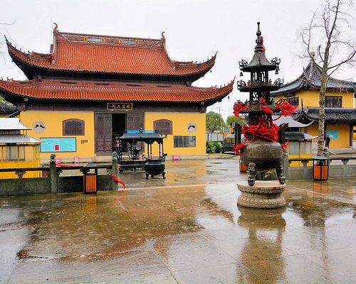 少し鮮やかな寺院