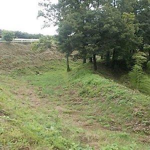 虎口の前方に設けられた 二重の三日月堀で、延長150m巾50m有ります。