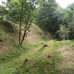 二の丸南面の深さ15mほどの空堀。その南には土塁に囲まれた「馬出」が有り、南方からの敵の侵入を食い止めます。