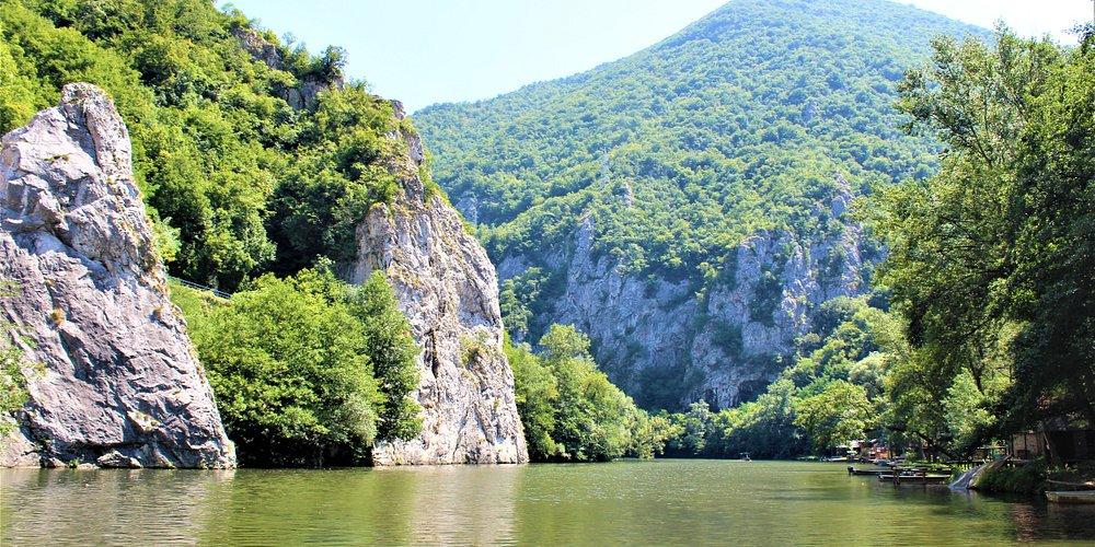 Ovčarsko-kablarska klisura, udaljena 18 km od Čačka, predstavlja jedinstvenu morfološku celinu. Usečena između planinskih masiva Ovčara i Kablara, sa najvećom dubinom od oko 710 m, klisura je dugačka oko 18 km. Klisura je pod zaštitom države kao predeo izuzetnih odlika prve kategorije Odlikuje se strmim stenovitim stranama i uklještenim meandrima, koju je formirala reka Zapadna Morava. Predeo je poznat i po mnogobrojnim manastirima, zbog čega čitav ovaj prostor nazivaju Srpska Sveta gora.