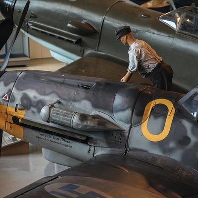 Jatko-sodan hävittäjä Messerschmitt Bf 109 ja takana VL Pyörremyrsky.