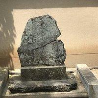 覚満禅師の墓と防火石