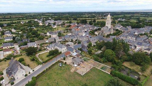 vue d un drone de l eglise de Sainte Marie du Mont (à 4 km de UTAH BEACH ENVIRON)