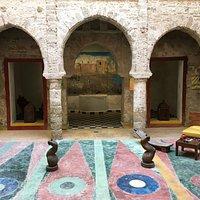 """Patio du Real Mogador avec en fond le bientôt célèbre tableau """"Essaouira, entre nostalgie & désir"""" de Britta Reinhardt. A découvrir jusqu'au 04/11/2019"""