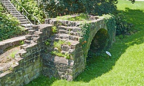 Grundmauern der alten Bastei am Burgschloss