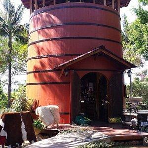 Loja de produtos locais construída numa antiga pipa usada para armazenar vinho. Artesanato, tapetes em couro