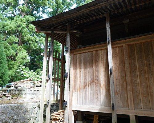 越後湯沢・諏訪社 社殿裏には何かが倒壊した跡が・・・