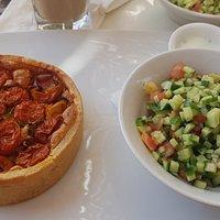קיש גבינות, עגבניות שרי ובזיליקום