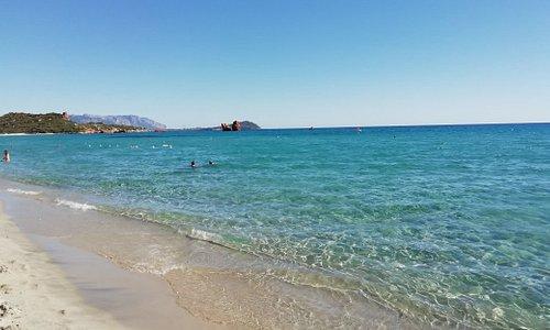 Spiaggia di Cea. Dall'azzurro intenso al celeste chiaro. Acque cristalline e lucenti