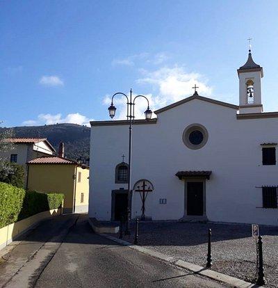 vista della chiesa, sullo sfondo le colline della Calvana